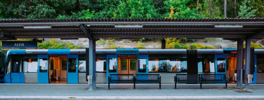 Tunnelbanetåg väntar med dörrarna öppna vid t-baneplattformen i Alvik