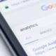Mobil visar Google Analytics för att illustrera fördelarna med Google Adwords
