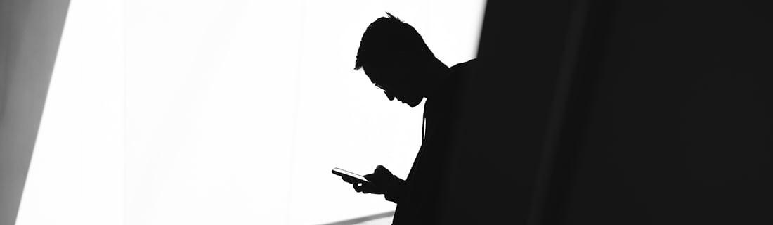 Man använder sin smartphone
