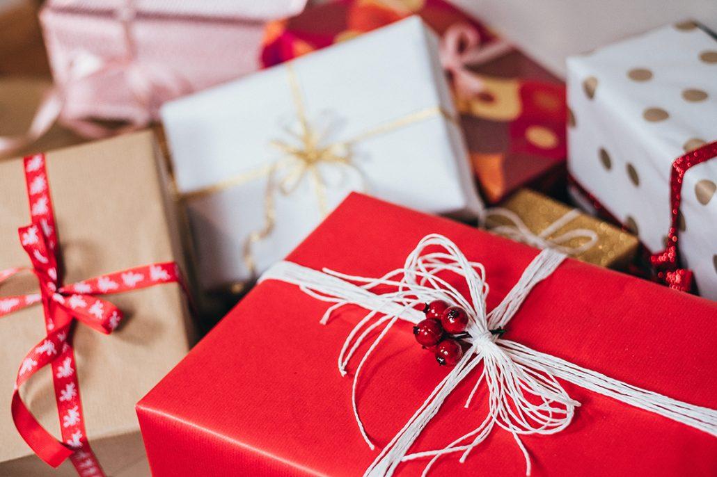 Inslagna julklappar i flera färger