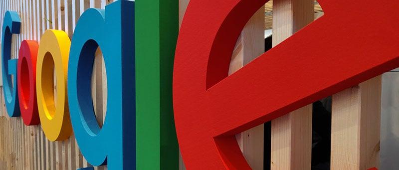 Googles ikoniska bokstäver uppsatta på en vägg