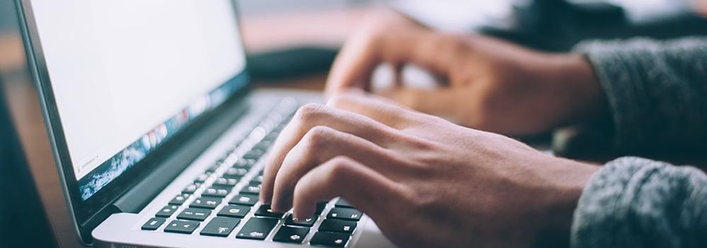 Man söker efter företagsinformation på dator