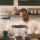 Småföretagare fixar med kaffe