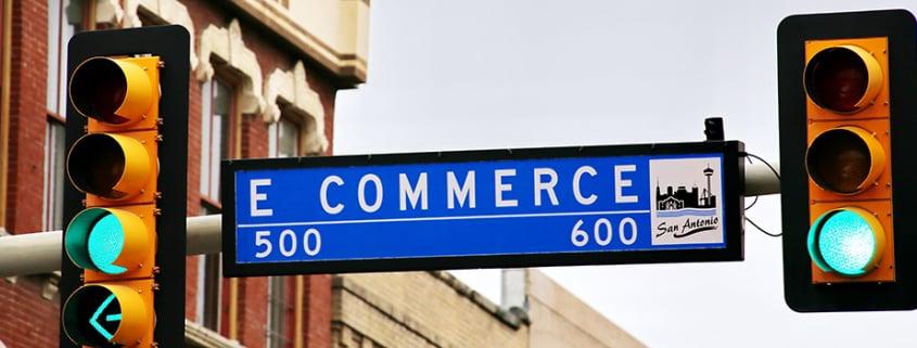 vägskylt där det står e commerce